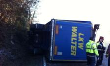 Accident multiple d'un trailer i tres turismes